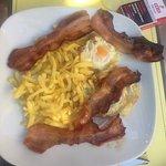 Bacon con huevos fritos y patatas fritas