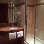Belle douche avec jets massages d'un coté