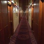 """Le couloir """"style paquebot"""" desservant les chambres"""