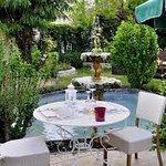 Le plaisir de manger en terrasse devant cette fontaine