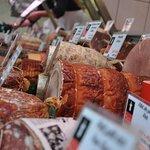 Un large choix de saucissons et de produits secs à la boucherie.