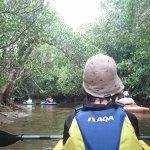 シュノーケルとマングローブカヌーに参加しました。初めてのカヌーとシュノーケルでしたが、ガイドの原さん夫妻の丁寧なレクチャーで素晴らしい体験ができました。カヌーのあとはマングローブの干潟を散策
