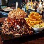 Unser Pulled-Pork Burger, hier in Größe L.