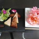 assiette de foie gras et les toutes premières roses