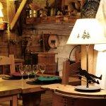 Carnotzet: salle de restaurant traditionnelle aux nombreuses spécialités savoyardes