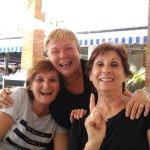 Tres personas satisfechas en la terraza del Flores