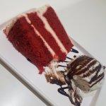 Bolo Red Velvet acompanhado com uma bola de gelato de flocos. Combinação perfeita. Bolo fofinho!