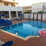 Photo de Hotel Flisvos Beach Studios
