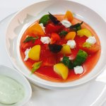 Tomates multicolores, mozzarella et basilic