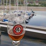 une bonne bière devant le port
