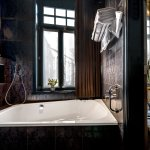 The Glory Bathroom: duo-bath with waterresistant TV, separate rain shower