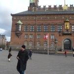 La plaza con el Ayuntamiento y una estatua muy linda en la avenida de la esquina