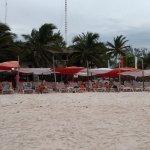 esta es la playa que ofrecen no como en la foto de referencia del hotel , observenlas y comparen