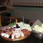Tagliere di salumi e formaggi accompagnato da una pinta di birra artigianale.