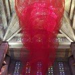 """L'oeuvre """"Accumulation of power"""" de l'artiste japonaise Chiharu Shiota installée dans l'église."""