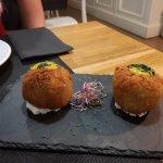 """""""Croquetas"""" rellenas de arroz con pollo, salsa de curry/mostaza y base de queso."""