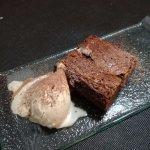 Brownie con helado de turrón