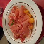 Cut meat, interestingly served & delicious: Ham with melon, duck with hot sausage, grilled romai