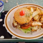 Beef burger with wedges.