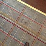 Der total verschmutze Teppich im Restaurrant/Frühstücksraum