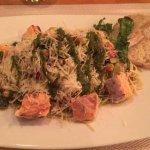 Espaguetis silvestres con salmón y pesto