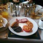 Porridge, salsiccia, bacon, fagioli, black pudding, toast, succhi di arancia e mela e black coff