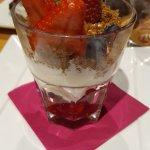 Mascarpone avec des fruits rouges et crumble