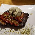Pan cuit caramélisé avec des fraises et la glace