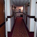 Couloir de l'hôtel donnant sur les chambres