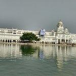 edificação com lago sagrado