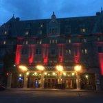 Fete du 🇨🇦 Canada éclairage rouge de l'extérieur de l'hôtel