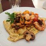 Ravioles de alcachofa con setas y langostinos. Maravilloso