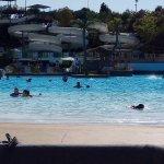 Vista general de parte de la gran piscina playa y algunos de los estupendos toboganes