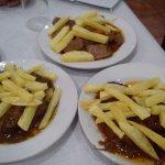 Variado de tapas de carnes en salsa