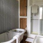 Elgar Room tub and shower