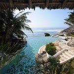 Blick aus der Villa auf den eigenen Pool und den indischen Ozean im Hintergrund