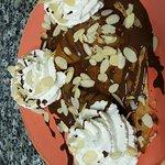 Williams: Poire pochée à la badiane, chocolat fondant, chantilly et amandes grillées