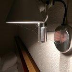 Des toiles d'araignées sur la lampe de chevet