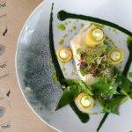 Peixe confitado, batata crocante, emulsão de alho, dill, vagem e pó de alga