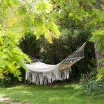 La hamaques cuelgan en el jardín y terrazas para un descanso propio de...Les Hamaques