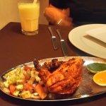 pollo y al fondo el refresco con mango y yogurt