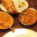 dos platos de fondo vegetariano, garbanzos y quesos