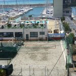 Club davanti all'hotel, con campi da beach volley, piscina, solarium, bar e palestra