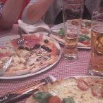 gustando l pizza