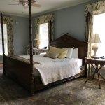 4-poster bed & desk