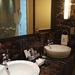 Photo de Resorts World Sentosa - Crockfords Tower
