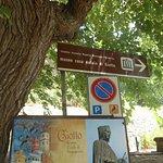 cartello turistico all'ingresso della casa