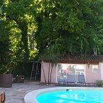 piscine et au fond la salle sauna et la salle jacuzzi