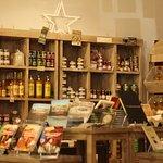 Espace boutique à l'Office de Tourisme de Cognac, Produits du terroir, Souvenirs, Charentaises