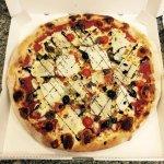 pizza grecque, mozzarella, viande hachée, aubergines, copeaux parmesan, crème balsamique